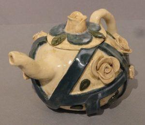 mam1vreeke-izzy_flower-tea-pot_ceramics-sturgeon-bay